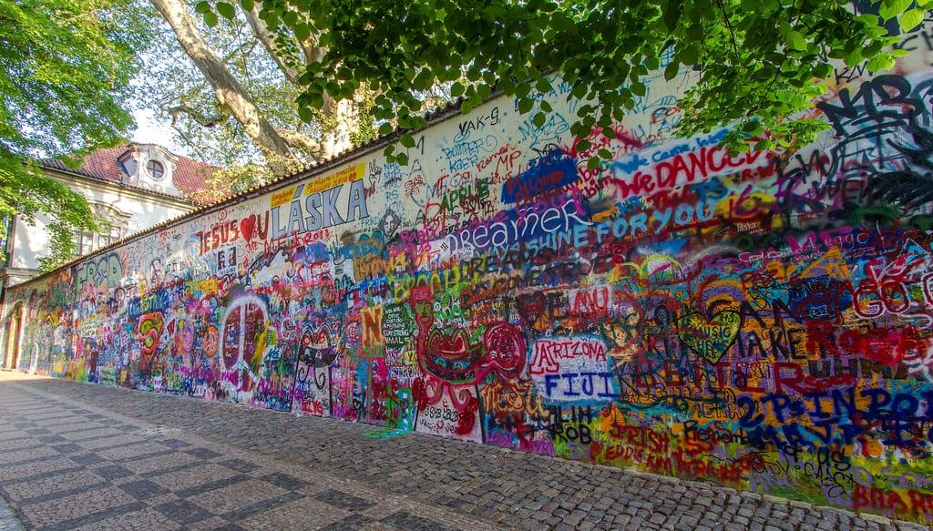Стена Джона Леннона в Праге - интересные места в Праге