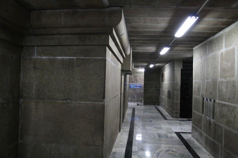 Тоннель под статуей Тхируваллувар