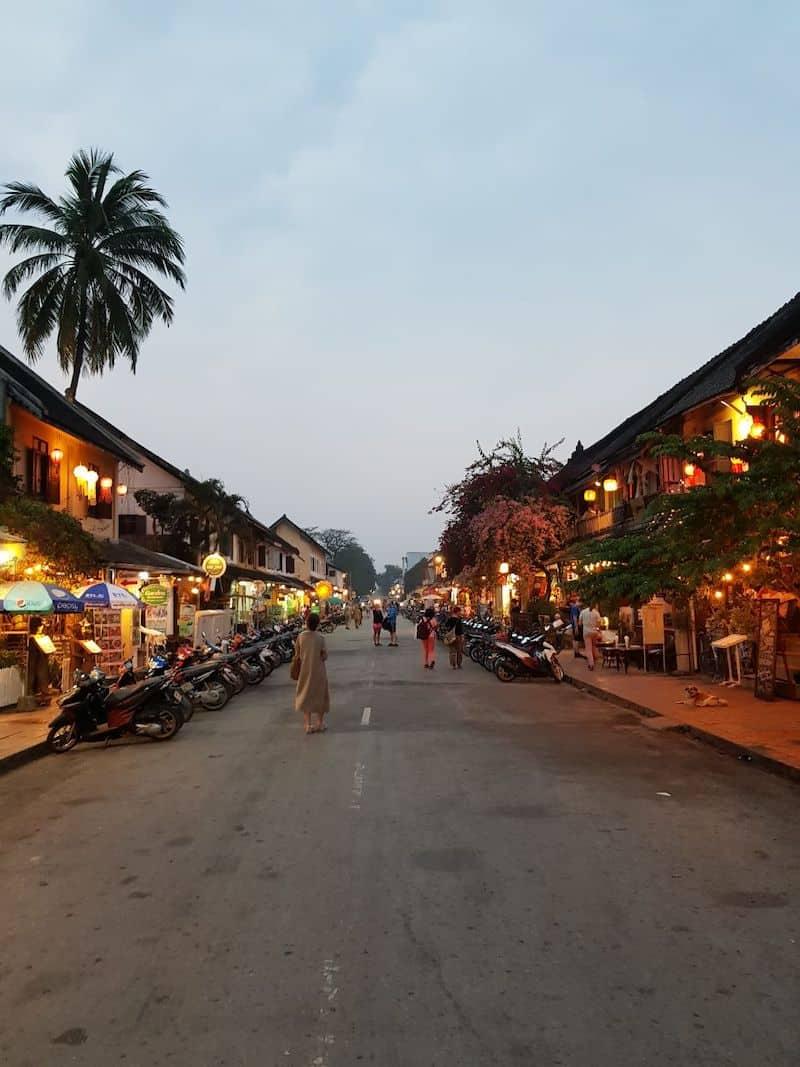 Центральная улица становится пешеходной зоной каждый вечер. Луангпхабанг, Лаос
