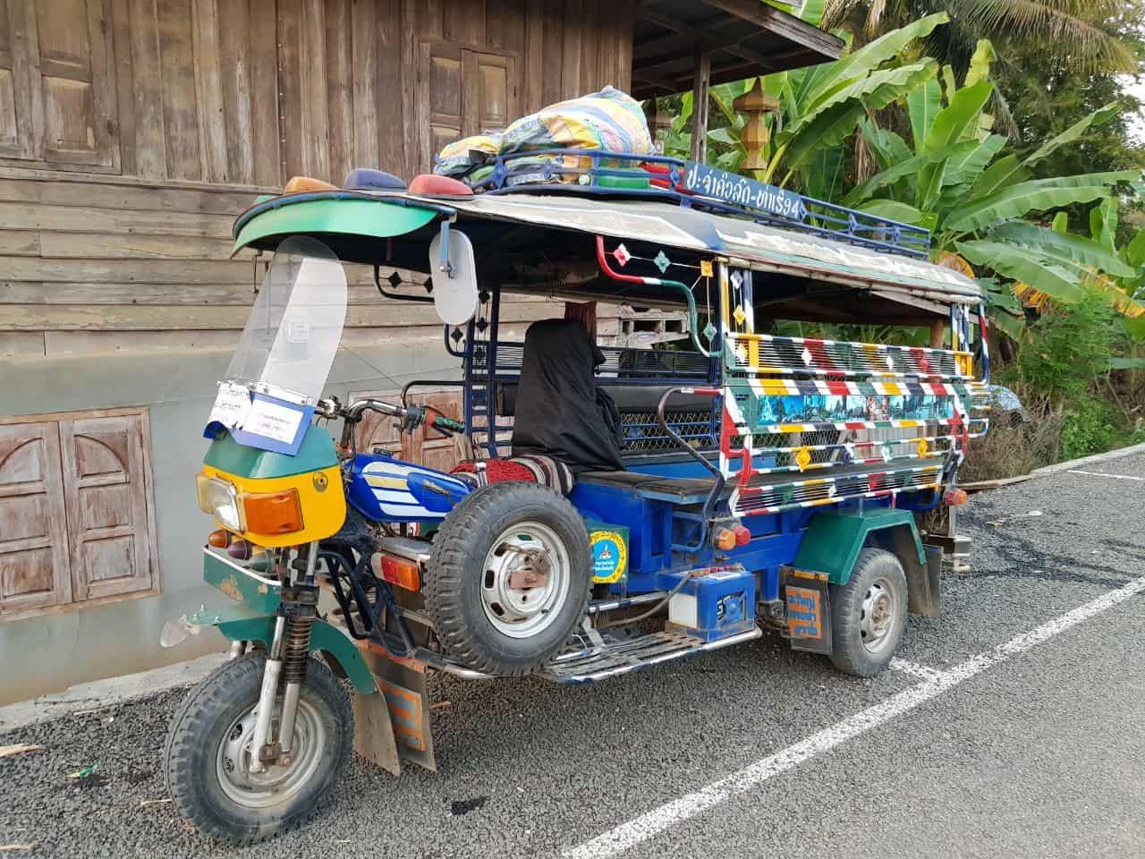 Типичный Лаосский тук-тук с задранным передом и запаской