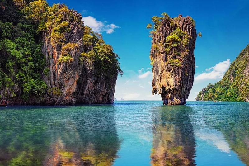 Отвесные скалы-острова провинции Краби в Таиланде