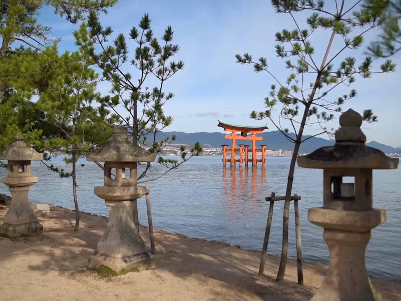 Плывущие Красные Ворота Тории на острове Миядзима